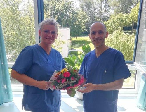 Chefarzt Savvidis gratuliert Hebamme Barbara Broers zum Doktortitel