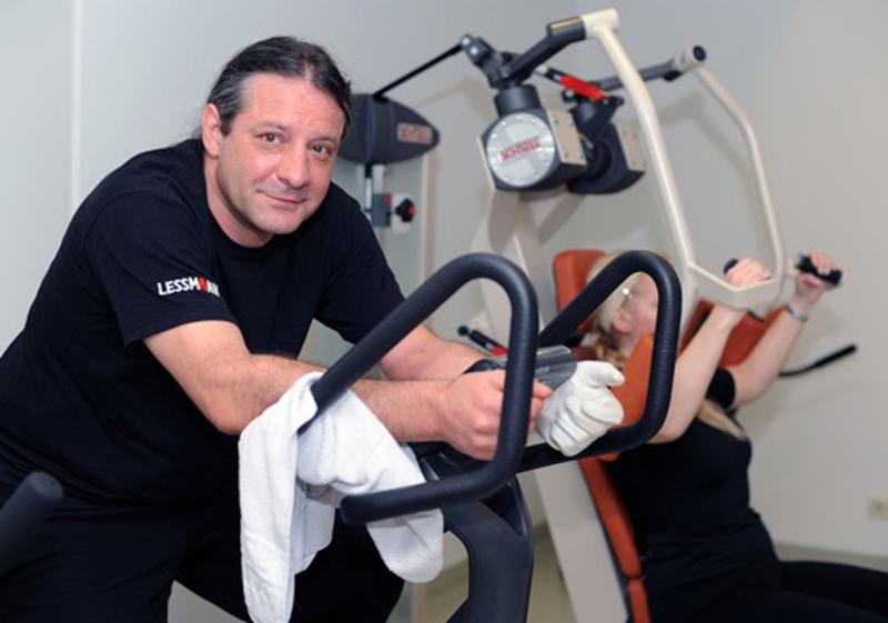 Mann an einem Trainingsgerät Schmerztagesklinik Nördlingen